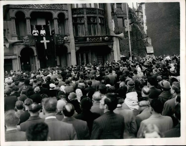 Apr. 04, 1950 - Commemorating The Tyburn Martyrs: Many hundreds of Roman Catholics took part in the commemorative service for the Tyburn Martyrs, Roman Catholics who died for their Faith at the Tyburn Gallows in the 16th and 17th centuries. There was a pi